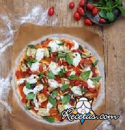 Pizza sin gluten con tomates cherry, berenjenas, piñones y mozzarella