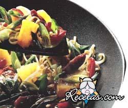 Pollo con verduras y ananá