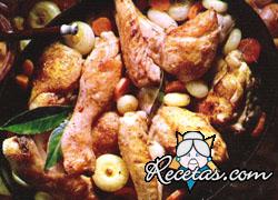 Pollo sobre lecho de cebollas