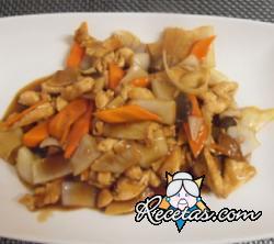 Pollo chino con setas y bambú