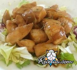 Pollo con manzanas, bayas de enebro y almendras