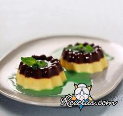 Pudding bicolor de café y salsa de menta