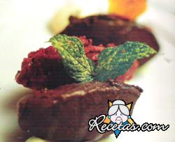 Quenelles de chocolate amargo y sorbete de frutos rojos