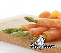 Rollitos de salmón ahumado y espárragos