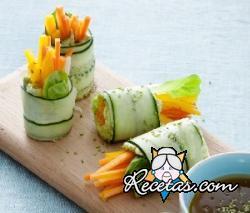Rollos de pepino con crema de aguacate y verduras