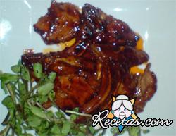 Chuletas de cerdo bañadas en salsa de coca cola y piña