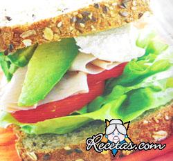 Sandwich de palta, pavita y pan multicereal