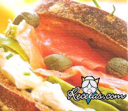 Sándwich de salmón, palta y alcaparras