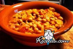 Sopa de garbanzos, tomates y zanahorias