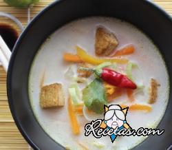 Sopa de leche de coco con verduras y tofu