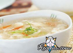 Sopa de pescado con cebolla frita