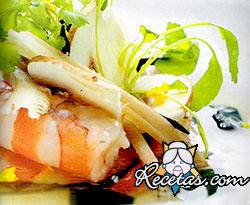 Sopa de algas y hongos con langostinos y flor de mizuna