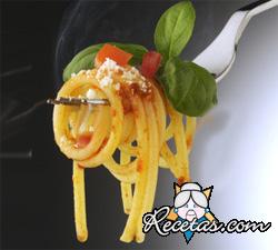 Pastas con anchoas y tomate
