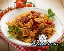 Spaguetti con salsa picante de pescado