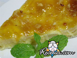 Tarta de peras con crema y rodajas de lima en almíbar
