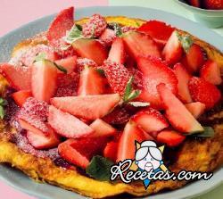 Tortilla dulce, fresas y mermelada