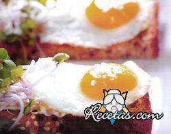 Tostadas con huevos de codorniz