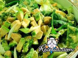 Vegetales con salsa de aguacate y huevo