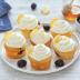 Cupcake de limón y mora con glaseado de queso y miel