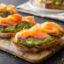Toast con salmón y aguacate
